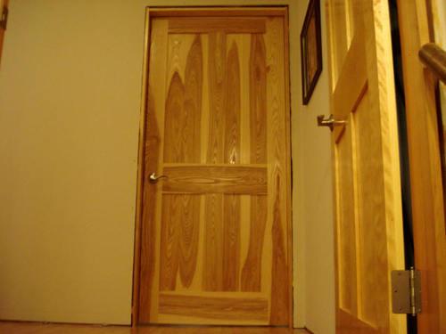 Межкомнатные двери: массив сосны, дуба, ясеня, ольхи, бука