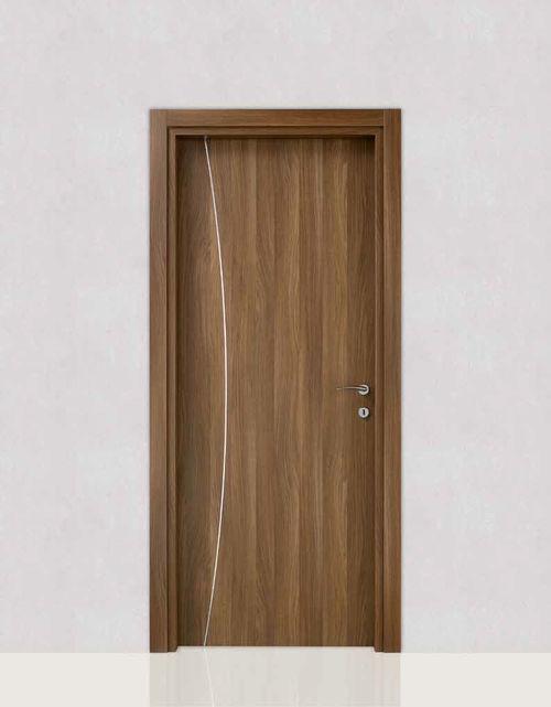 Вид двери, отделанной ламинатом