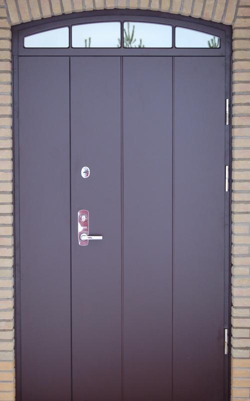 Тяжёлая входная дверь из металла