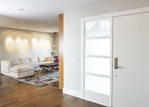 Белая дверь фирмы Фрамир в гостиной