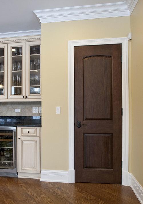 Классическая глухая дверь на кухне