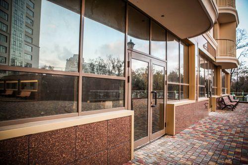 Установка наружных дверей общественных зданий